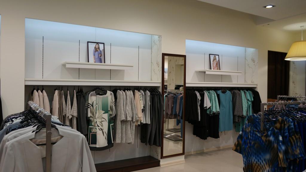 Интерьер бутика женской одежды фото